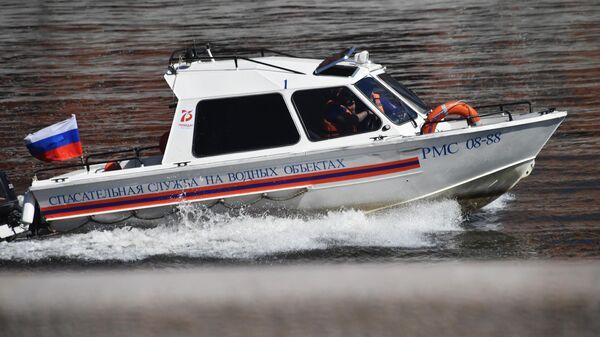 Катер спасательной службы на водных объектах патрулирует Москву-реку