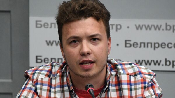Задержанный в Белоруссии Роман Протасевич принимает участие в пресс-конференции в Минске, организованной МИД республики