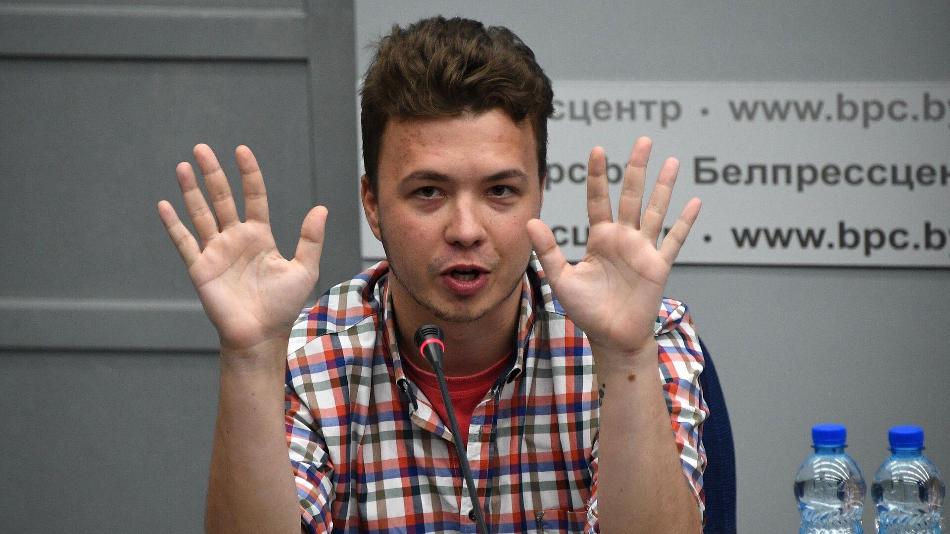 Роман Протасевич принимает участие в пресс-конференции в Минске  - РИА Новости, 1920, 07.07.2021