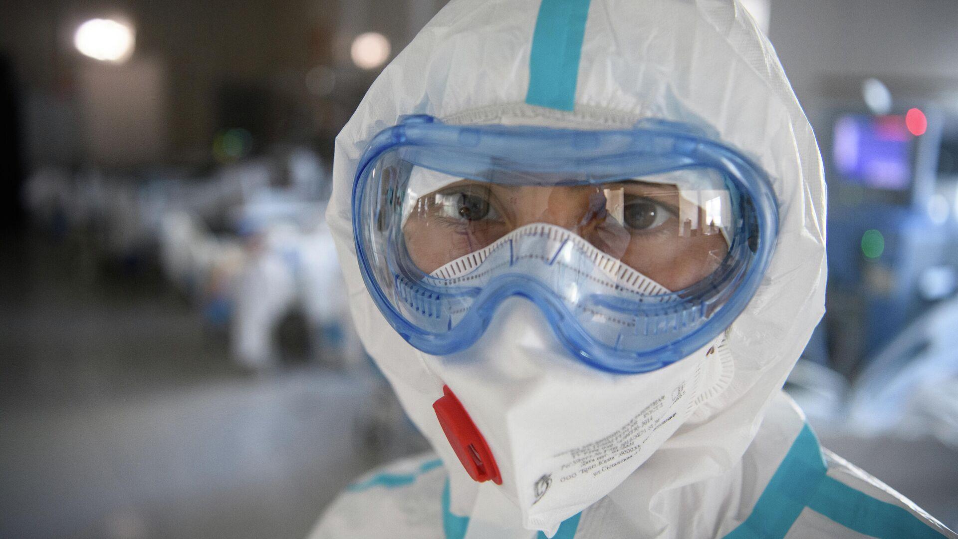 Медицинский работник в резервном госпитале для лечения больных коронавирусом в АТЦ Москва - РИА Новости, 1920, 19.06.2021