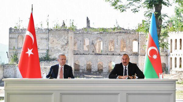 Президент Турции Реджеп Тайип Эрдоган и президент Азербайджана Ильхам Алиев на церемонии подписания декларации о союзнических соглашениях во время встречи в Баку