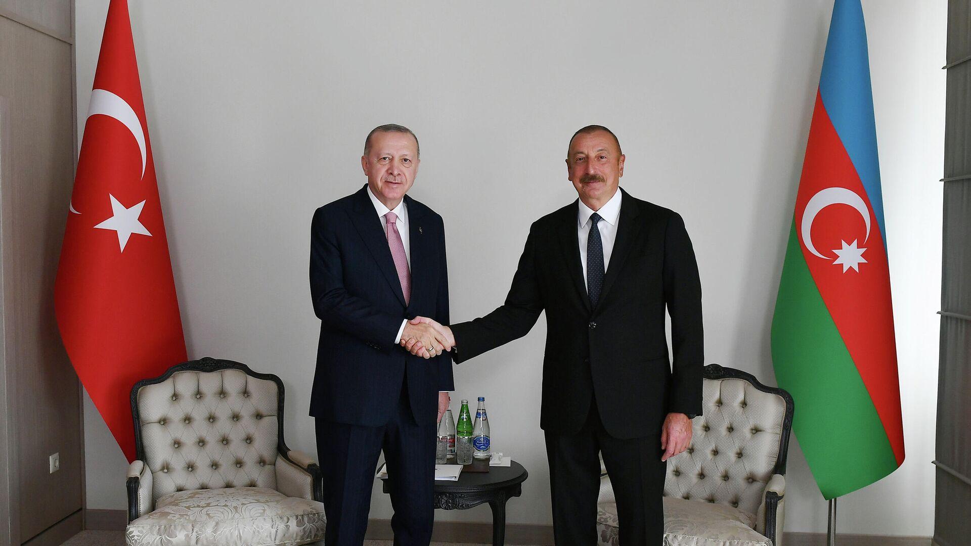 Президент Турции Реджеп Тайип Эрдоган  и президент Азербайджана Ильхам Алиев во время встречи в Шуше - РИА Новости, 1920, 15.06.2021
