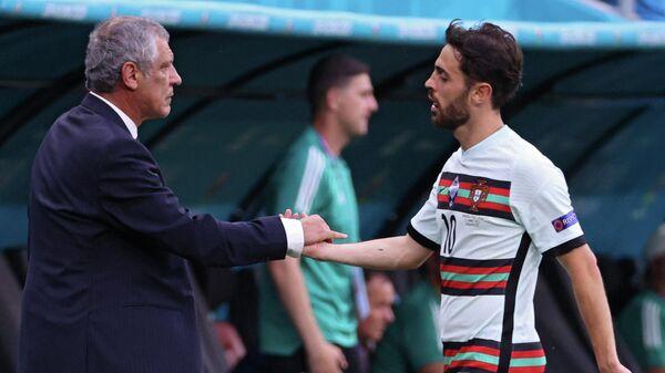 Главный тренер сборной Португалии Фернанду Сантуш и полузащитник команды Бруно Фернандеш