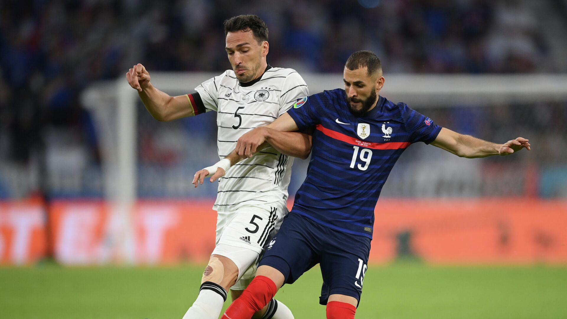 Soccer Football - Euro 2020 - Group F - France v Germany - Football Arena Munich, Munich, Germany - June 15, 2021 France's Karim Benzema in action with Germany's Mats Hummels Pool via REUTERS/Matthias Hangst - РИА Новости, 1920, 15.06.2021