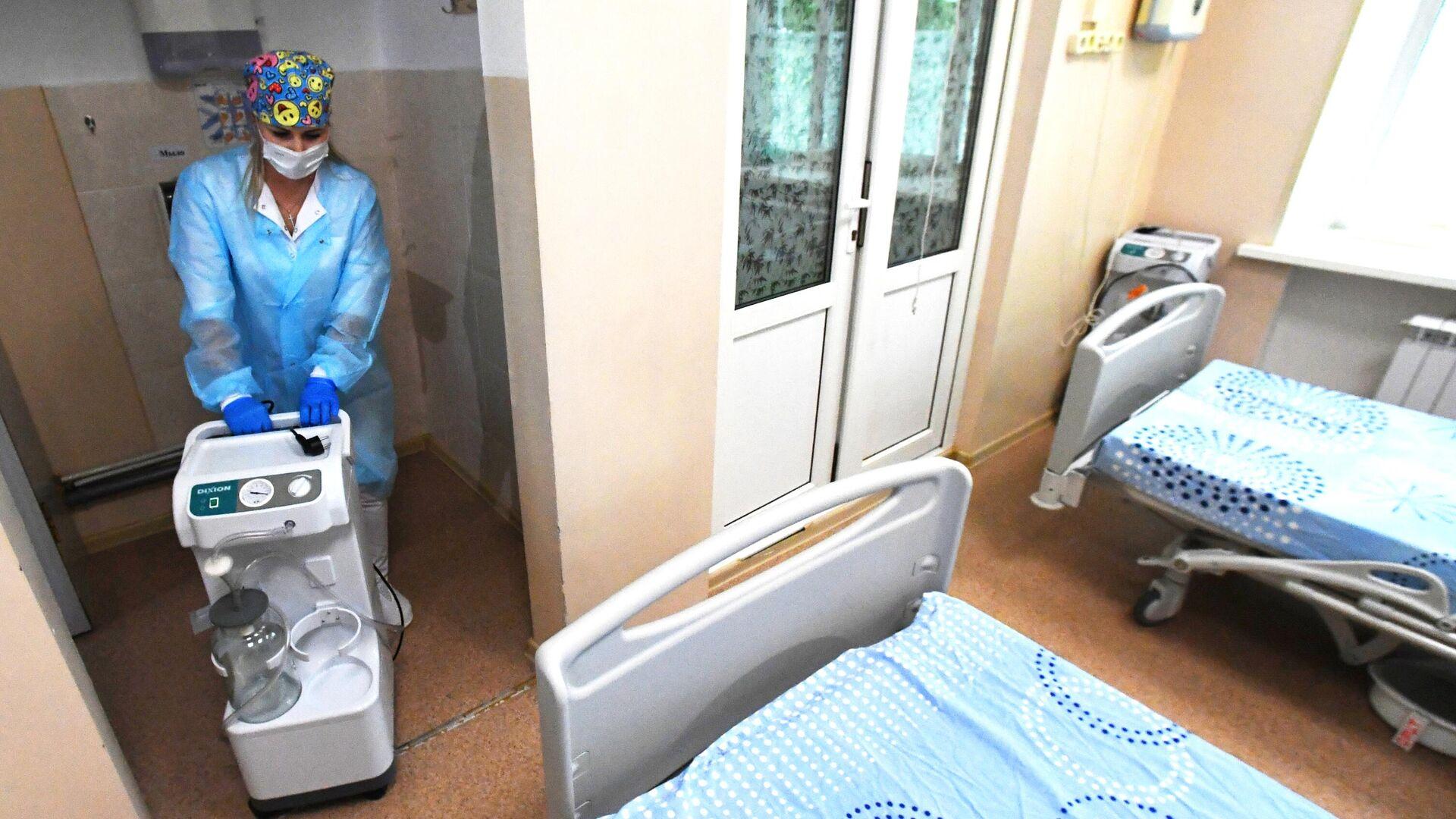Медицинский работник во время подготовки к открытию госпиталя для пациентов с коронавирусной инфекцией в Уссурийске - РИА Новости, 1920, 20.06.2021