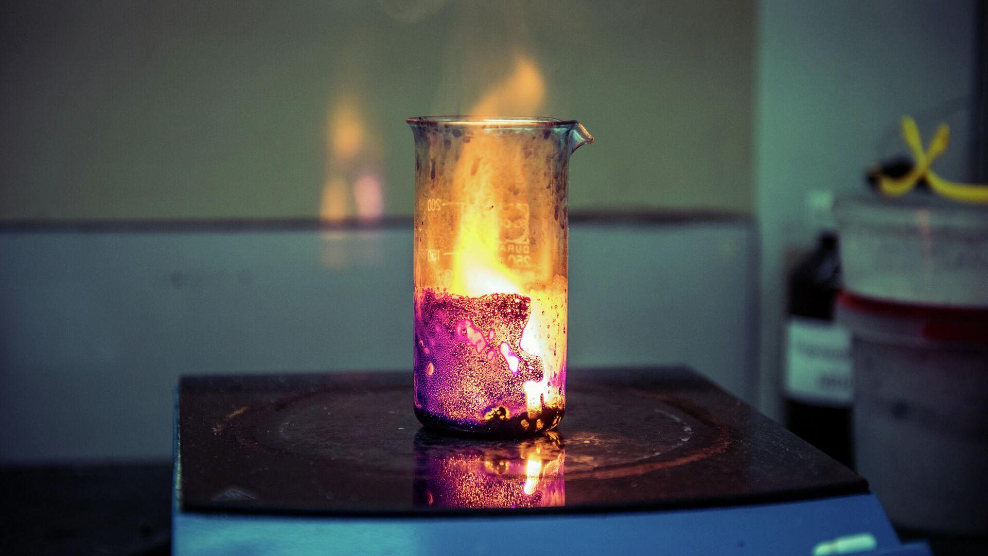 Процесс горения раствора в лаборатории НИТУ МИСиС для получения фильтрующих/каталитических материалов - РИА Новости, 1920, 17.06.2021