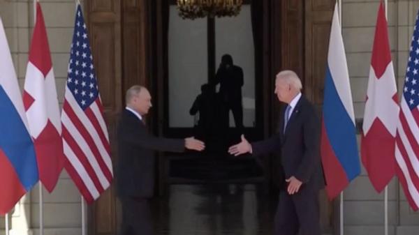 Первое рукопожатие Путина и Байдена