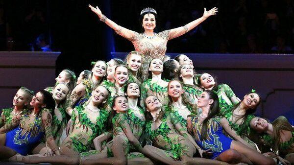 Ирина Винер-Усманова вместе с гимнастками, участницами академии