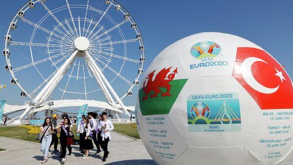 Гигантский мяч с афишей матча сборных Уэльса и Турции в Баку