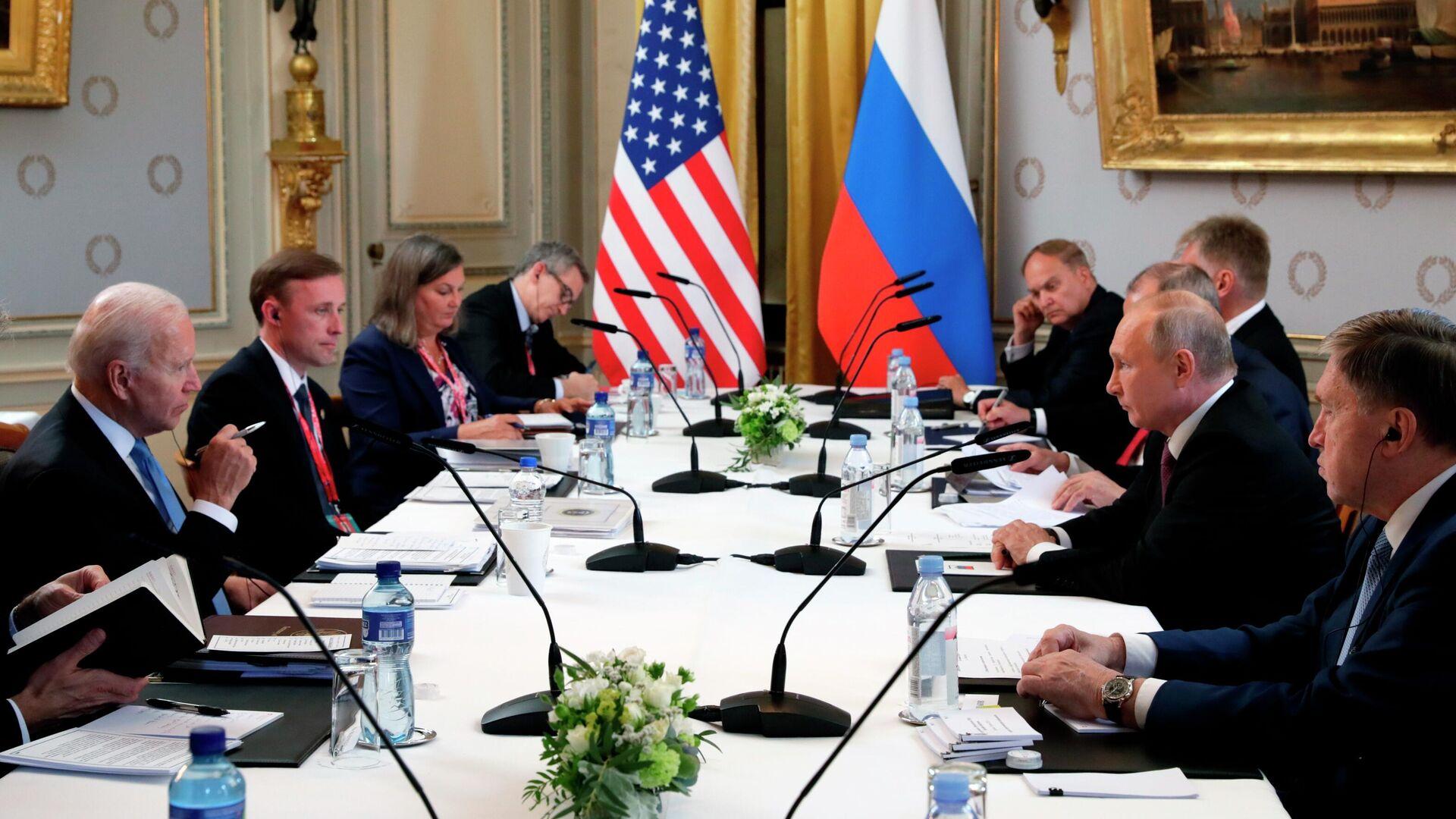 Президент РФ Владимир Путин и президент США Джо Байден во время переговоров в расширенном составе на вилле Ла Гранж в Женеве - РИА Новости, 1920, 16.06.2021