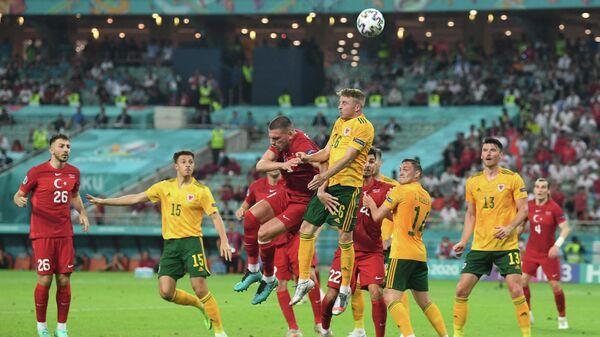 Игровой момент матча Турция - Уэльс