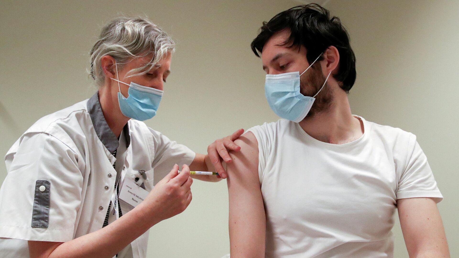 Медицинский работник делает прививку от COVID-19 во время испытаний вакцины CureVac - РИА Новости, 1920, 22.06.2021