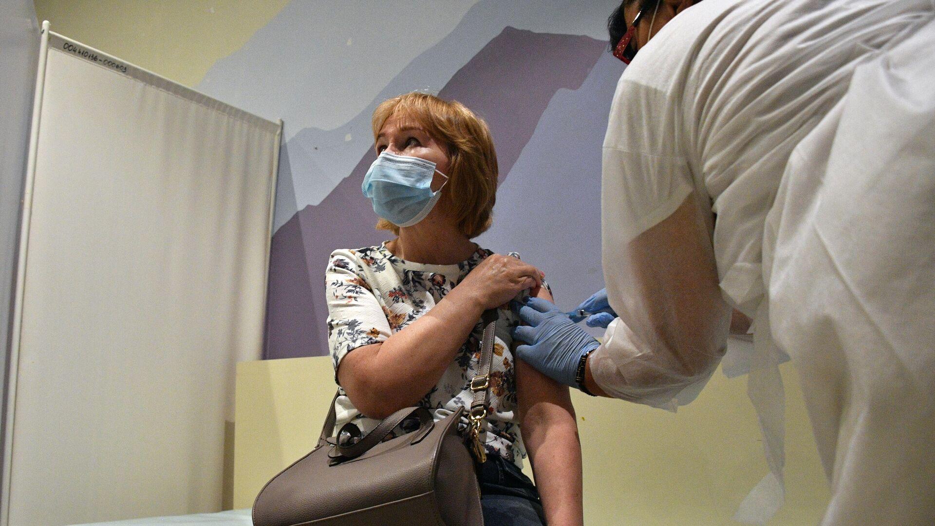 Женщина вакцинируется от COVID-19 препаратом ЭпиВакКорона в ТРЦ Океания - РИА Новости, 1920, 18.06.2021
