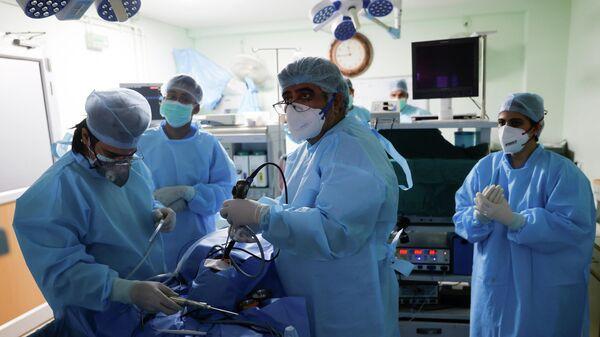 Врачи проводят операцию пациентке, страдающей мукормикозом, или черной плесенью, в больнице на окраине Нью-Дели