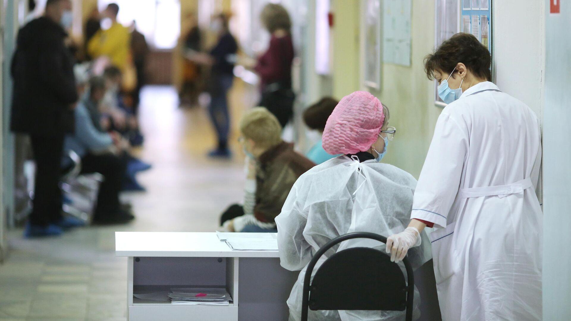 Медицинские работники и пациенты в поликлинике - РИА Новости, 1920, 18.06.2021