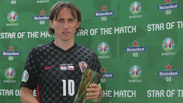 Лука Модрич с призом лучшему игроку матча