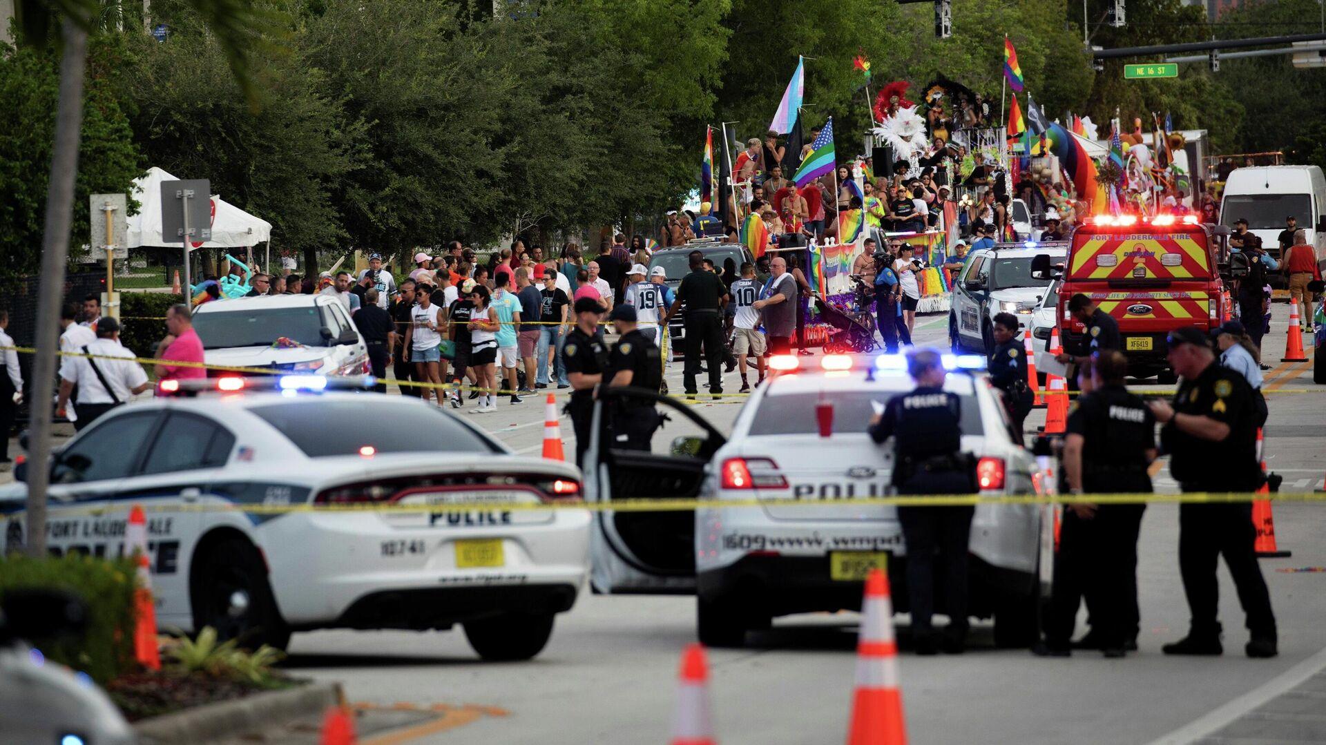Сотрудники полиции на месте наезда пикапа на участников гей-парада в городе Уилтон Мэнорс, США - РИА Новости, 1920, 21.06.2021