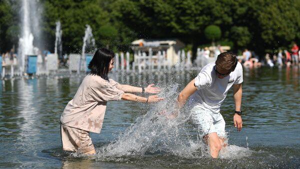 Отдыхающие в Парке культуры им. Горького в Москве в жаркую погоду