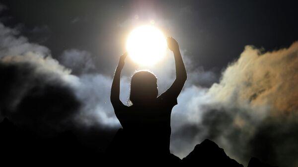 Люди отмечают день летнего солнцестояние в древней обсерватории Кокино, Северная Македония