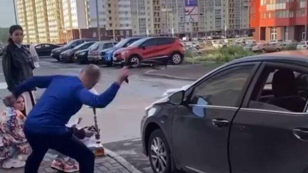 Мужчина напал с ремнем на девушек. Кадры инцидента