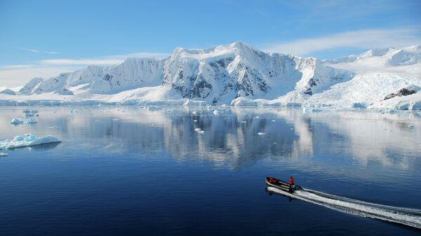 Лодка в Антарктиде