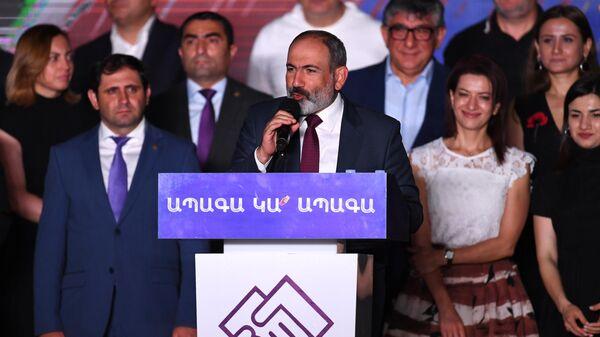 Исполняющий обязанности премьер-министра Никол Пашинян во время митинга своих сторонников в Ереване