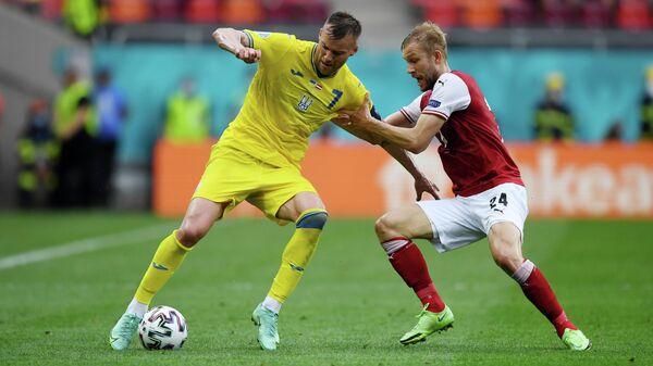 Нападающий сборной Украины Андрей Ярмоленко (слева) и полузащитник сборной Австрии Конрад Лаймер