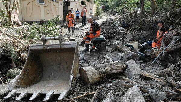 Рабочие на одной из улиц Ялты во время ликвидации последствий наводнения