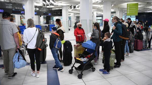 Пассажиры во время регистрации на рейс Новосибирск - Анталья авиакомпании Nordwind в аэропорту Толмачево