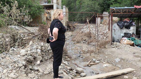 Глава администрации Ялты Янина Павленко обследует пострадавшие от наводнения улицы