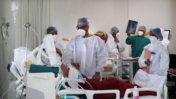 Медицинские работники в госпитале для зараженных коронавирусной инфекцией COVID-19 в городе Мумбай, Индия