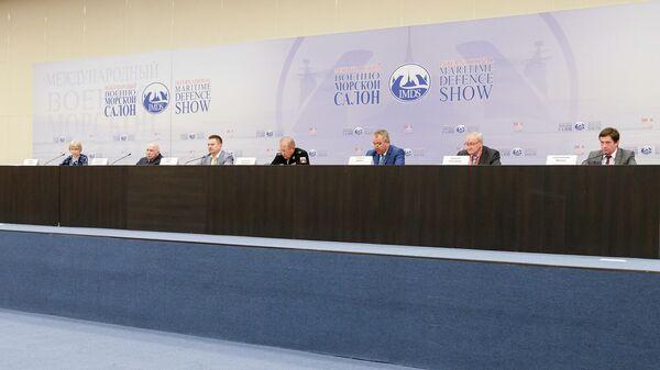 Участники пресс-конференции, посвященной открытию Международного военно-морского салона в Санкт-Петербурге