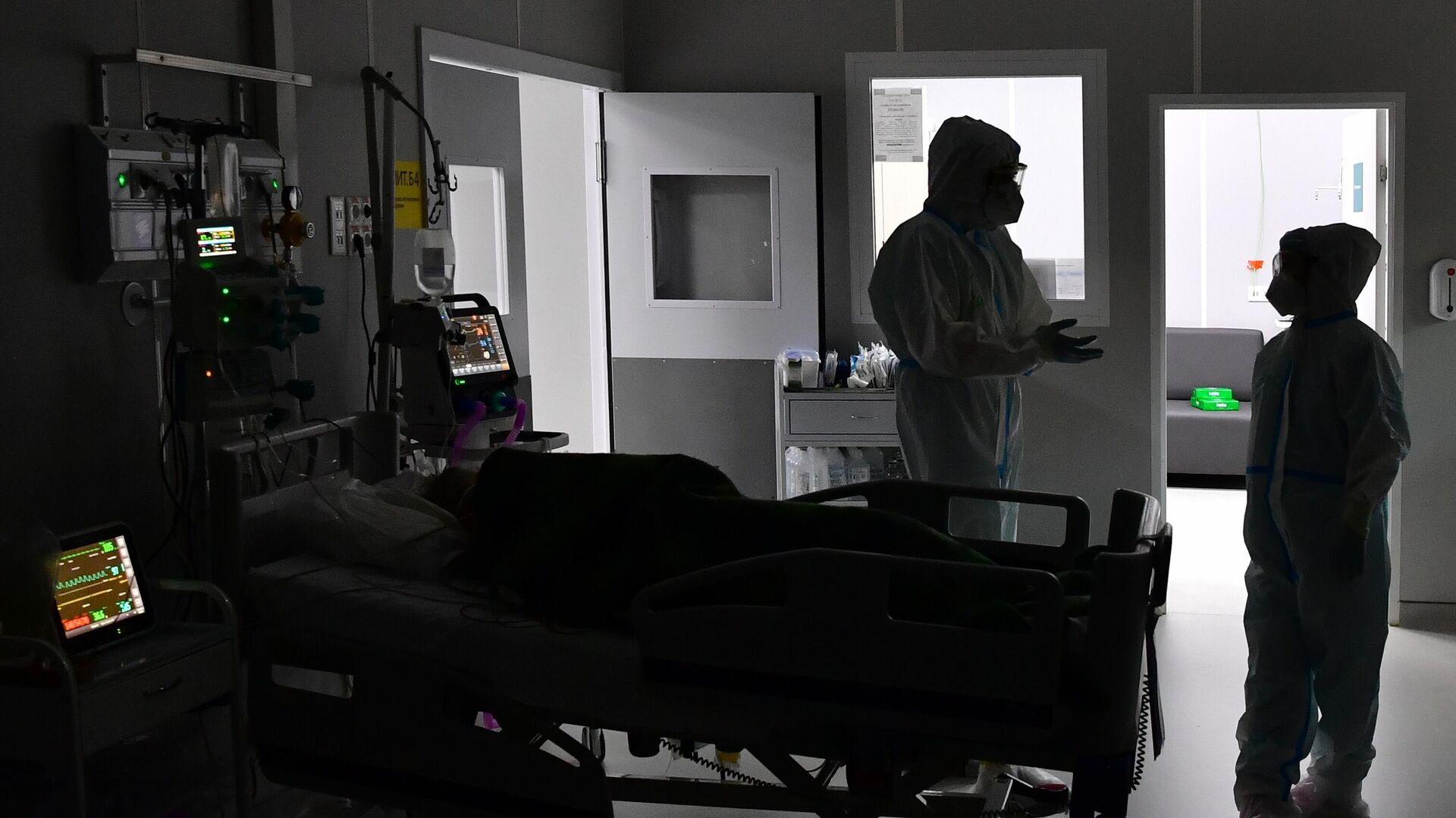 Медицинские работники во временном госпитале для пациентов с COVID-19 в конгрессно-выставочном центре Сокольники в Москве - РИА Новости, 1920, 12.07.2021