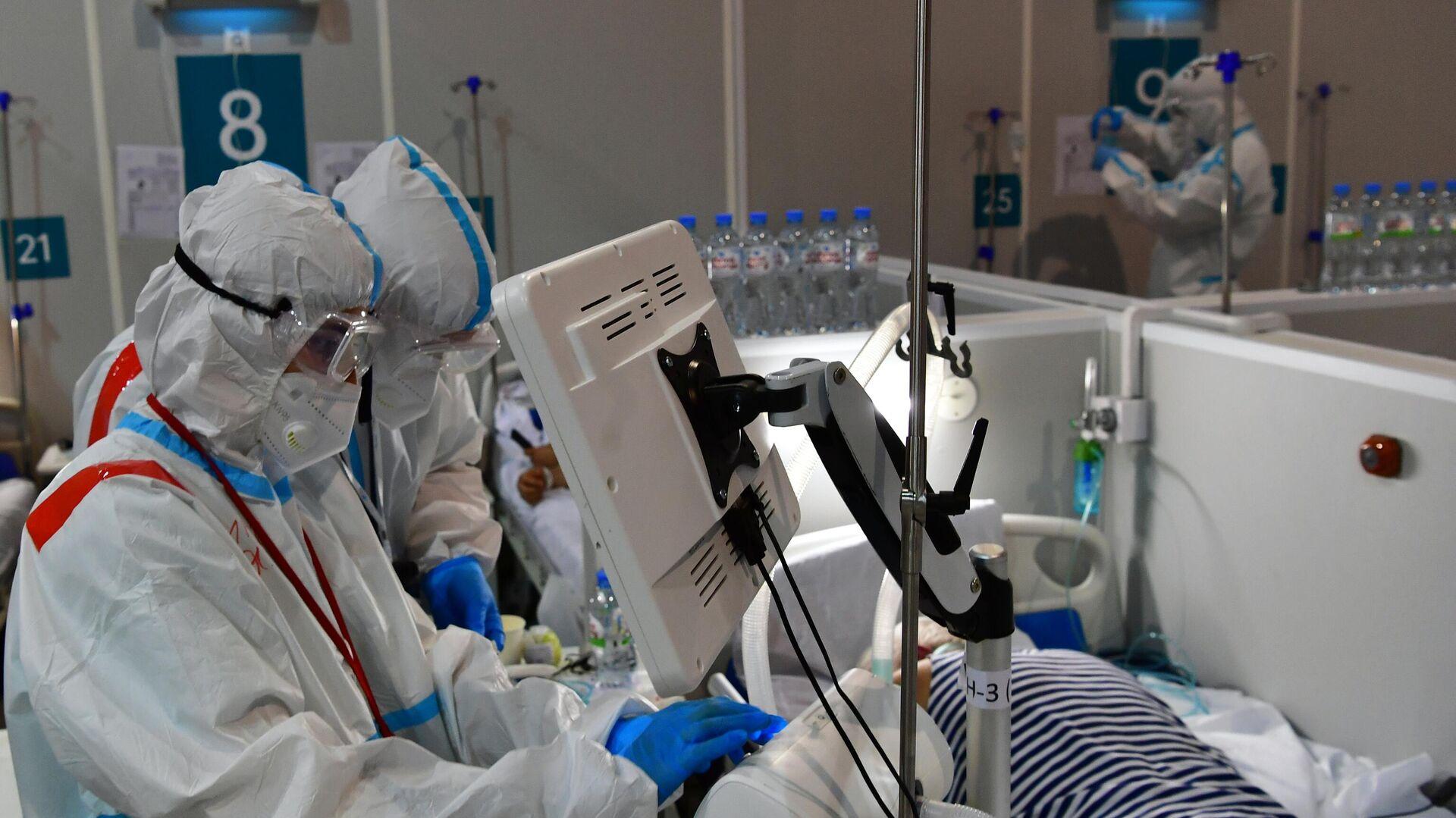Медицинские работники и пациенты во временном госпитале для пациентов с COVID-19 в конгрессно-выставочном центре Сокольники в Москве - РИА Новости, 1920, 07.07.2021