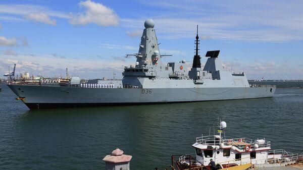 Эсминец Дефендер ВМС Великобритании в порту Одессы, Украина