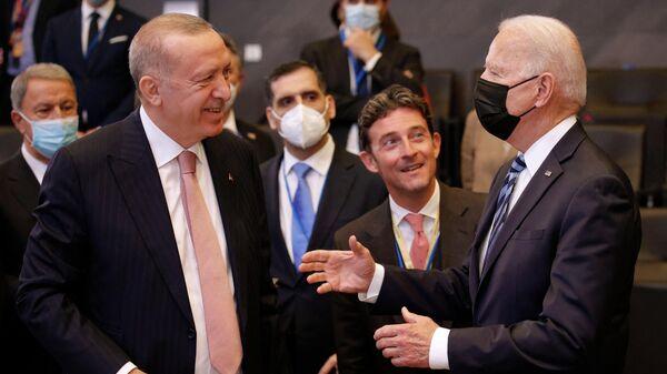 Президент США Джо Байден беседует с президентом Турции Реджепом Тайипом Эрдоганом перед пленарным заседанием саммита НАТО в штаб-квартире в Брюсселе