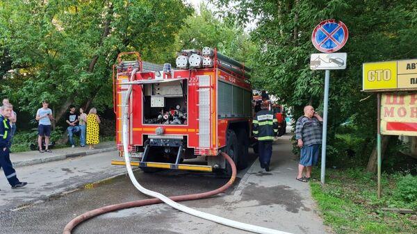 Сотрудники МЧС на месте пожара в здании автосервиса в Красногорске
