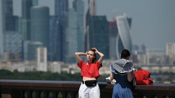 Девушки в жаркую погоду на Воробьёвской набережной