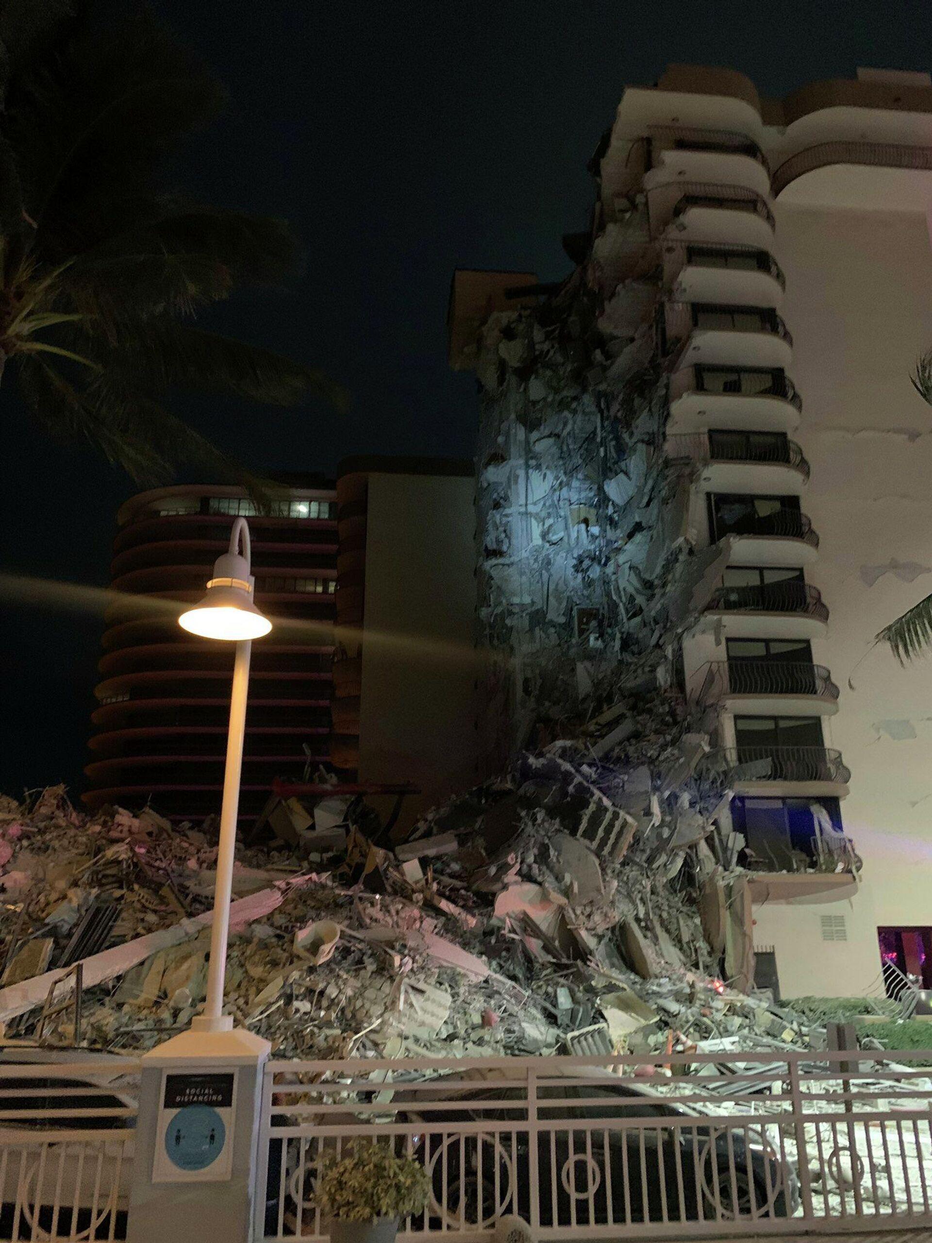 Частичное обрушение здания в городе Серфсайд под Майами (Флорида), США - РИА Новости, 1920, 25.06.2021