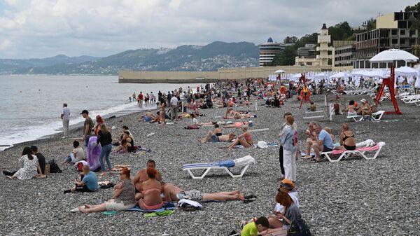 Отдыхающие на пляже Ривьера в Сочи