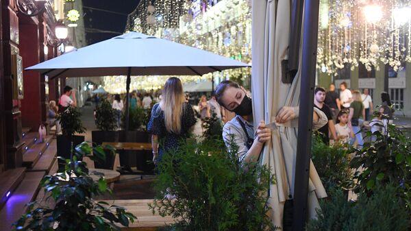 Сотрудница во время закрытия одного из ресторанов на Никольской улице в Москве