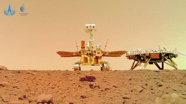 Китайский марсоход Zhurong и посадочный модуль миссии Tianwen-1 на поверхности Марса