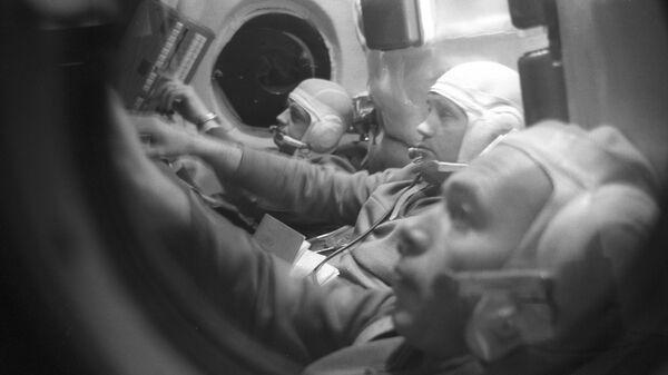 Экипаж космического корабля Союз-11: инженер-испытатель Виктор Пацаев, командир корабля Георгий Добровольский, бортинженер Владислав Волков