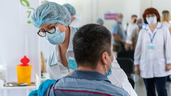 Более половины россиян готовы привиться от коронавируса, показал опрос