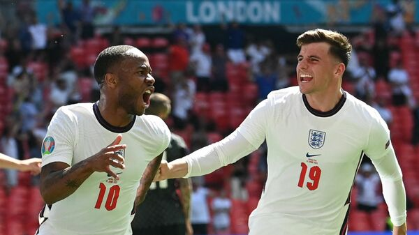Футболисты сборной Англии Мейсон Маунт (справа) и Рахим Стерлинг