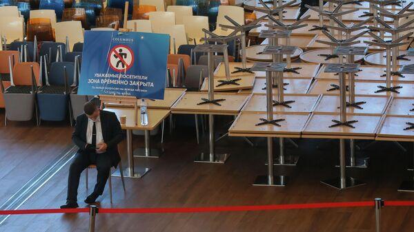Столики на закрытом из-за коронавирусных ограничений фуд-корте в торговом центре Columbus в Москве