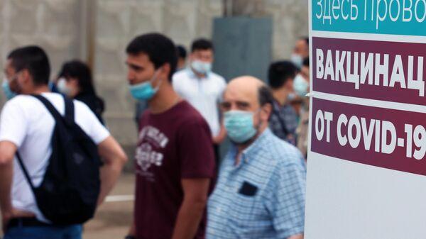 Люди возле пункта вакцинации от COVID-19 российским препаратом Спутник Лайт на территории ТЦ Садовод