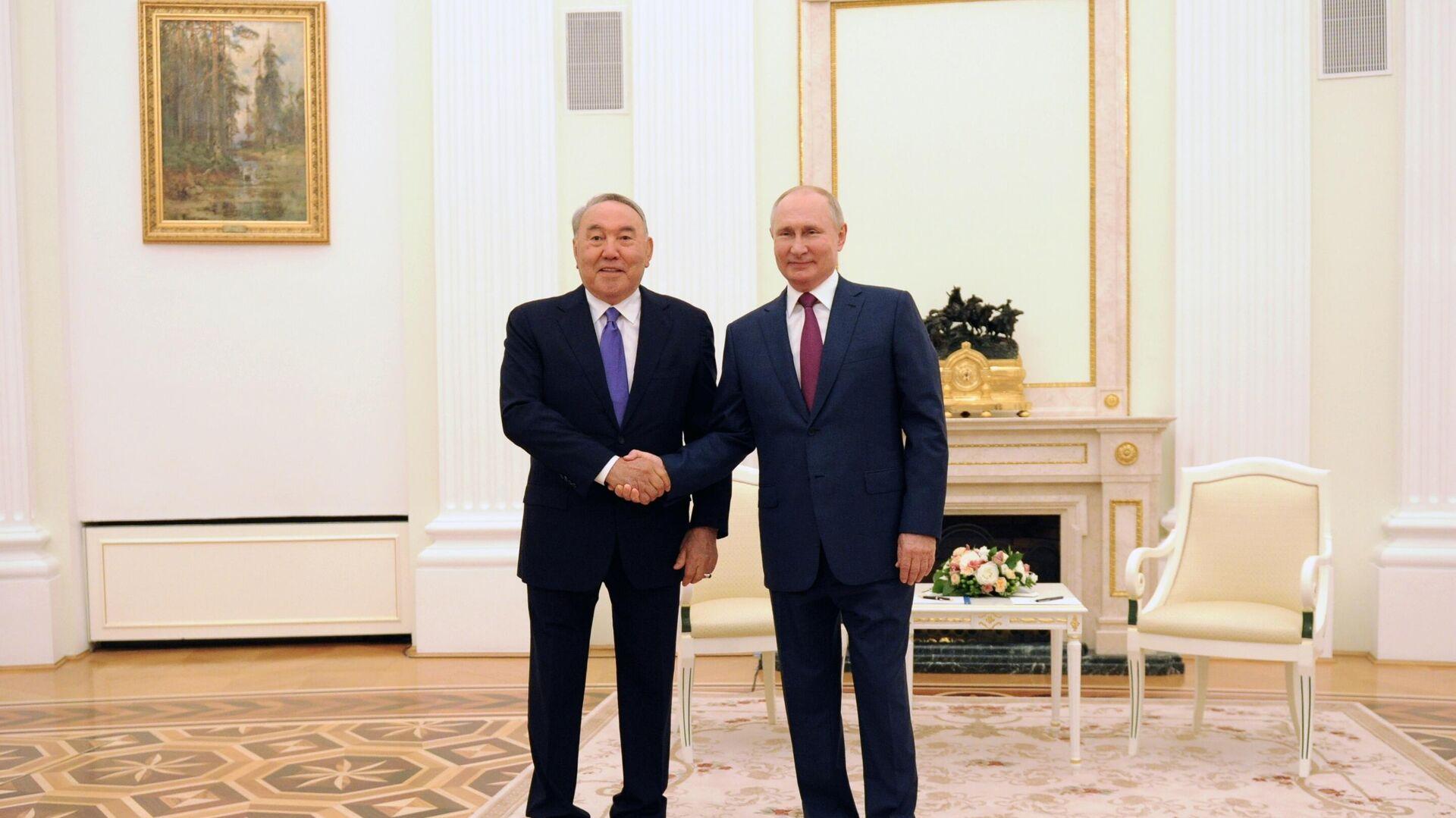 Президент РФ Владимир Путин и первый президент Казахстана Нурсултан Назарбаев во время встречи - РИА Новости, 1920, 30.06.2021