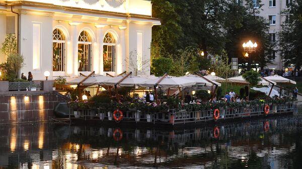 Павильон и летнее кафе у Патриаршего пруда в Москве