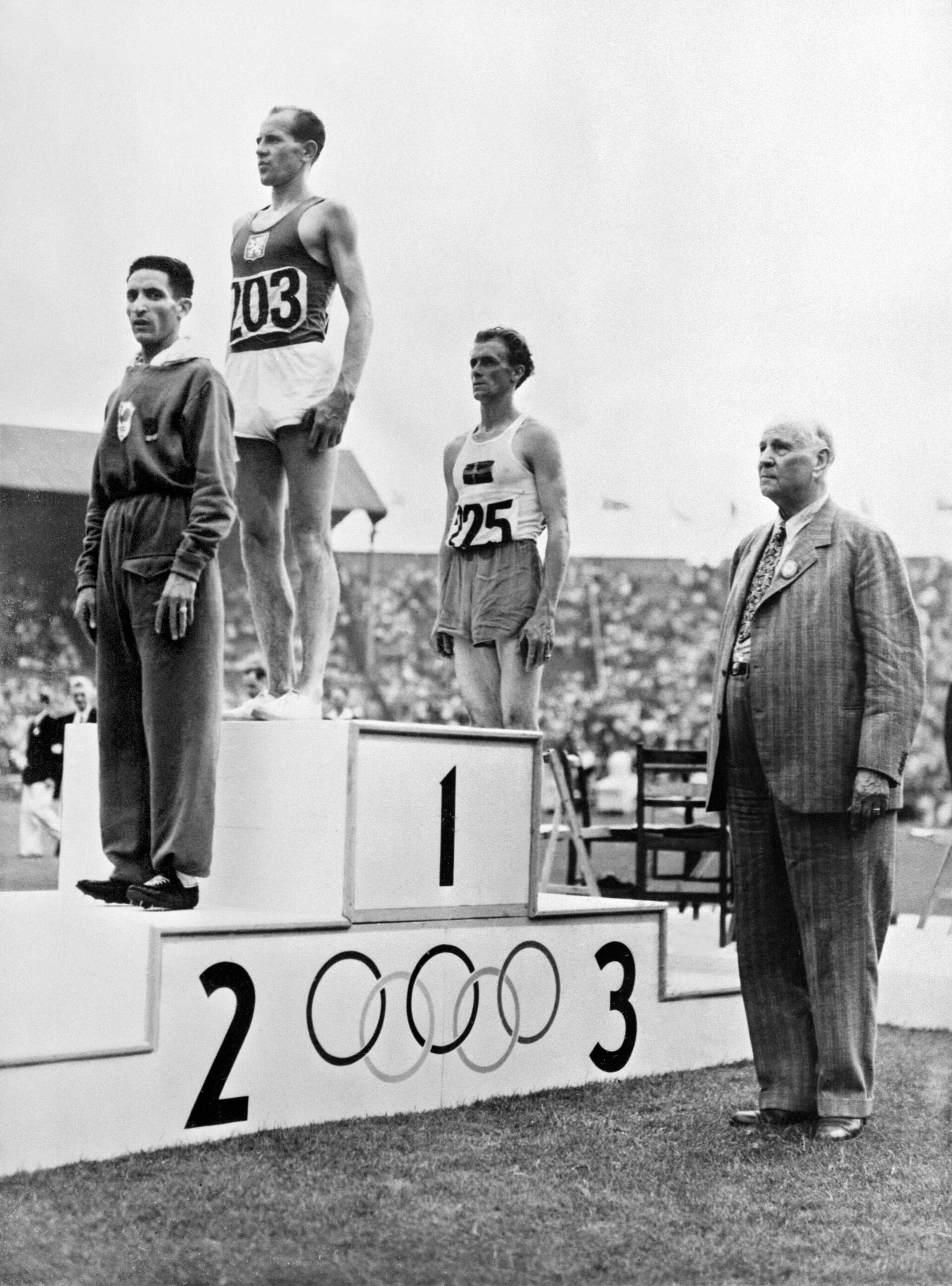 Атлеты Ален Мимун, Эмиль Затопек и Бертиль Альбертссон на церемонии награждения на Олимпийских играх 1948 года в Лондоне - РИА Новости, 1920, 03.07.2021